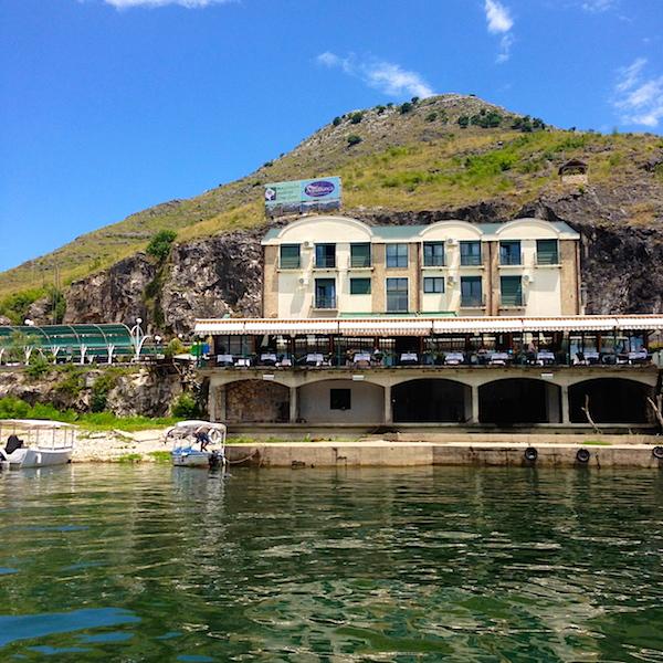 Скадарское озеро, музей и кафе у причала