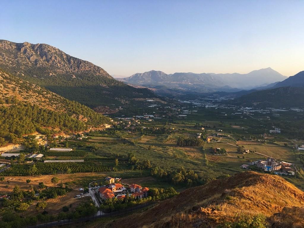 Вид на Адрасан с высоты горы Бей